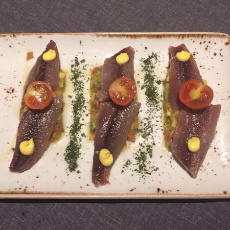 Sardina ahumada con puré de aguacate y tomate cherry. - los montes de Galicia-www.thecokiners.com